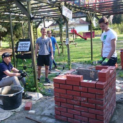 Mauern des neuen Grills im Teestubengarten